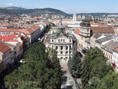 1200px-View_over_Old_Town_from_St._Elisabeth_Cathedral_Bell_Tower_-_Kosice_-_Slovakia_(36428414991)